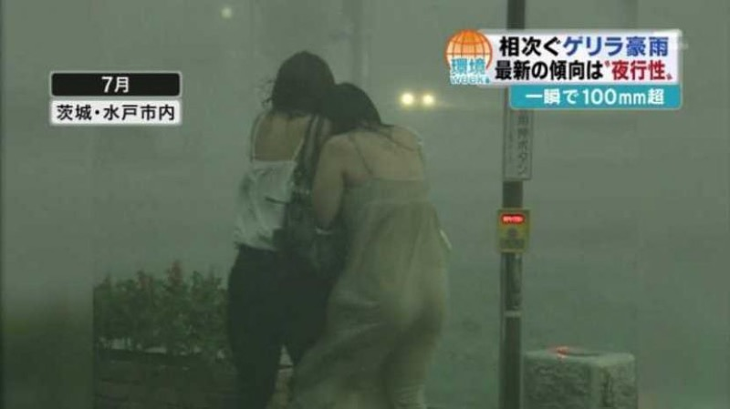 【台風エロ画像】容赦なく襲ってくる強風や豪雨に翻弄される女性達のパンチラ放送事故! 34