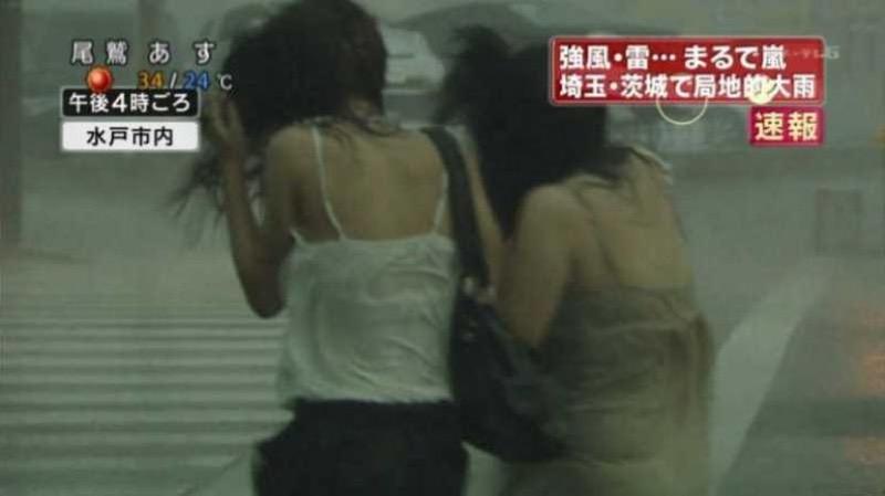 【台風エロ画像】容赦なく襲ってくる強風や豪雨に翻弄される女性達のパンチラ放送事故! 35