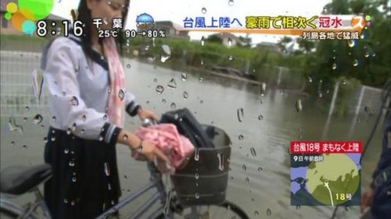 【台風エロ画像】容赦なく襲ってくる強風や豪雨に翻弄される女性達のパンチラ放送事故! 36
