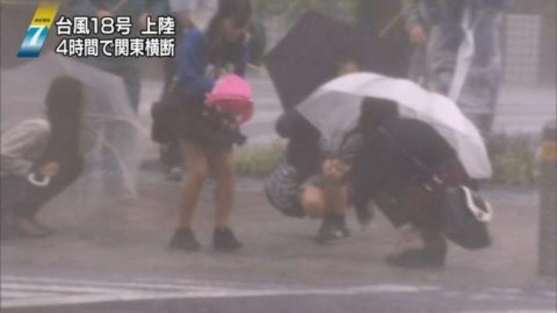【台風エロ画像】容赦なく襲ってくる強風や豪雨に翻弄される女性達のパンチラ放送事故! 37