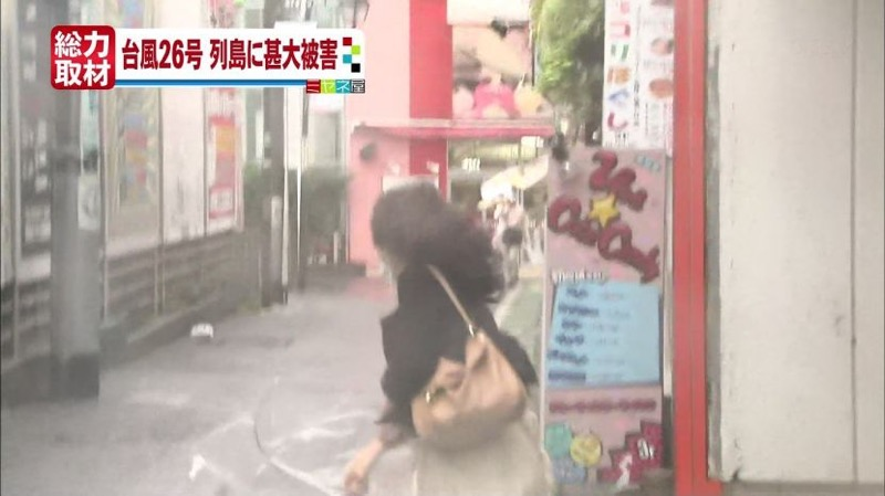 【台風エロ画像】容赦なく襲ってくる強風や豪雨に翻弄される女性達のパンチラ放送事故! 38