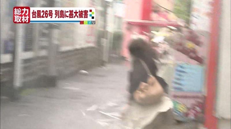 【台風エロ画像】容赦なく襲ってくる強風や豪雨に翻弄される女性達のパンチラ放送事故! 39