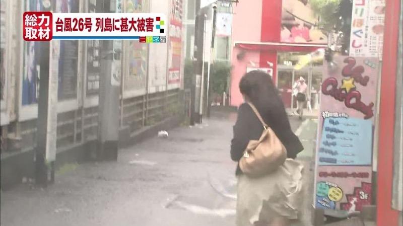 【台風エロ画像】容赦なく襲ってくる強風や豪雨に翻弄される女性達のパンチラ放送事故! 41
