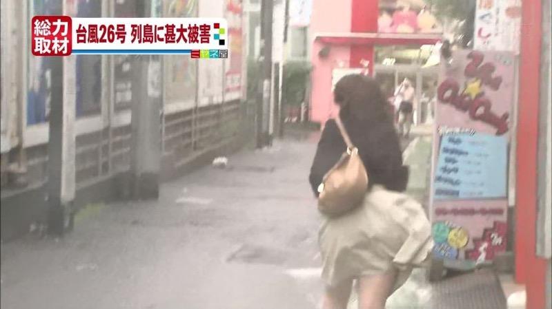 【台風エロ画像】容赦なく襲ってくる強風や豪雨に翻弄される女性達のパンチラ放送事故! 42