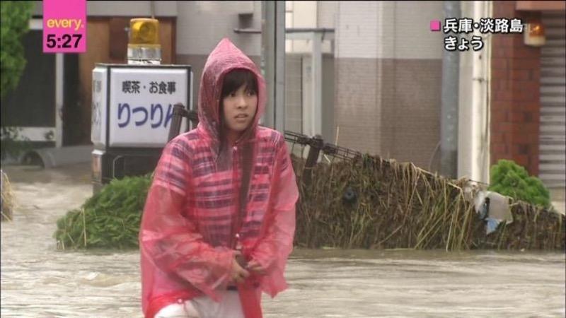 【台風エロ画像】容赦なく襲ってくる強風や豪雨に翻弄される女性達のパンチラ放送事故! 44