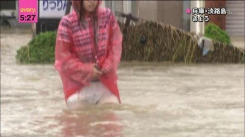 【台風エロ画像】容赦なく襲ってくる強風や豪雨に翻弄される女性達のパンチラ放送事故! 45