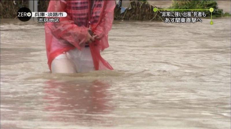 【台風エロ画像】容赦なく襲ってくる強風や豪雨に翻弄される女性達のパンチラ放送事故! 46
