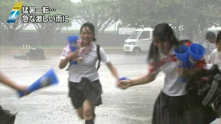 【台風エロ画像】容赦なく襲ってくる強風や豪雨に翻弄される女性達のパンチラ放送事故! 47