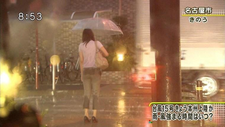 【台風エロ画像】容赦なく襲ってくる強風や豪雨に翻弄される女性達のパンチラ放送事故! 48