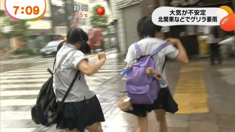 【台風エロ画像】容赦なく襲ってくる強風や豪雨に翻弄される女性達のパンチラ放送事故! 49