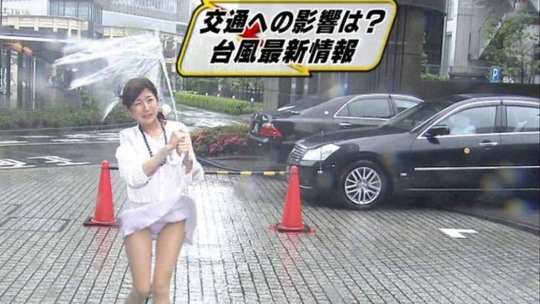 【台風エロ画像】容赦なく襲ってくる強風や豪雨に翻弄される女性達のパンチラ放送事故! 53