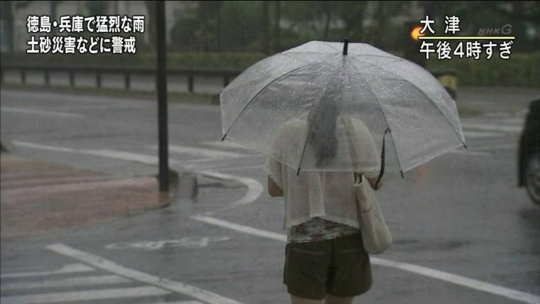 【台風エロ画像】容赦なく襲ってくる強風や豪雨に翻弄される女性達のパンチラ放送事故! 54