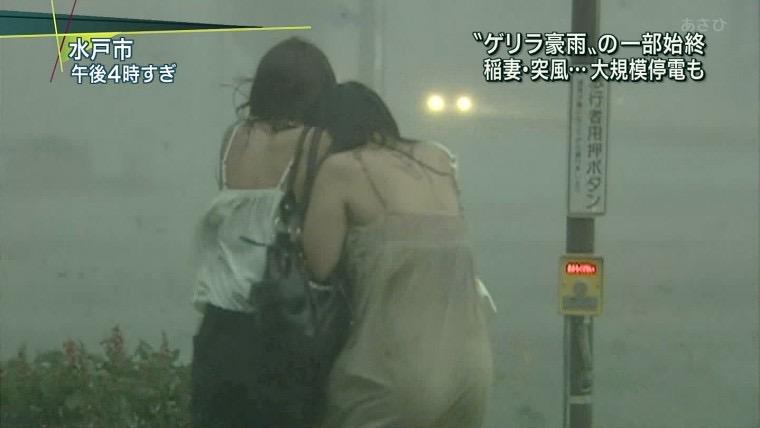 【台風エロ画像】容赦なく襲ってくる強風や豪雨に翻弄される女性達のパンチラ放送事故! 55