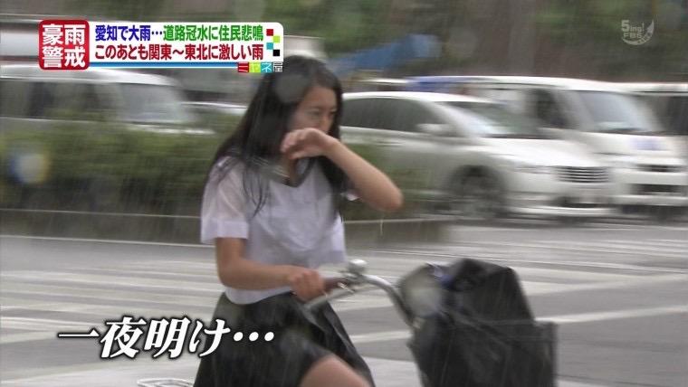 【台風エロ画像】容赦なく襲ってくる強風や豪雨に翻弄される女性達のパンチラ放送事故! 56