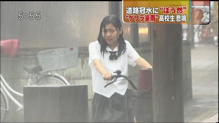 【台風エロ画像】容赦なく襲ってくる強風や豪雨に翻弄される女性達のパンチラ放送事故! 58