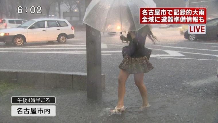 【台風エロ画像】容赦なく襲ってくる強風や豪雨に翻弄される女性達のパンチラ放送事故! 60