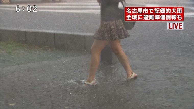 【台風エロ画像】容赦なく襲ってくる強風や豪雨に翻弄される女性達のパンチラ放送事故! 61