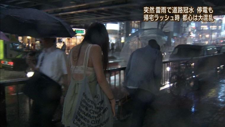 【台風エロ画像】容赦なく襲ってくる強風や豪雨に翻弄される女性達のパンチラ放送事故! 62