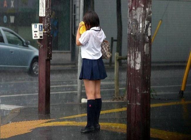 【台風エロ画像】容赦なく襲ってくる強風や豪雨に翻弄される女性達のパンチラ放送事故! 67