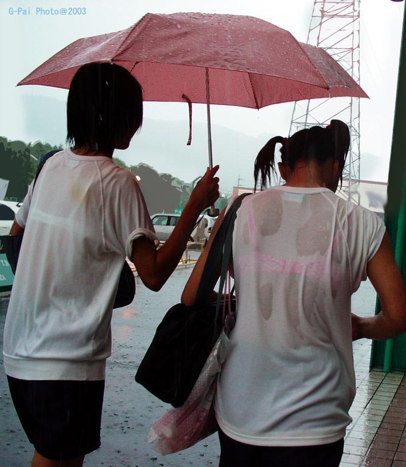 【台風エロ画像】容赦なく襲ってくる強風や豪雨に翻弄される女性達のパンチラ放送事故! 79