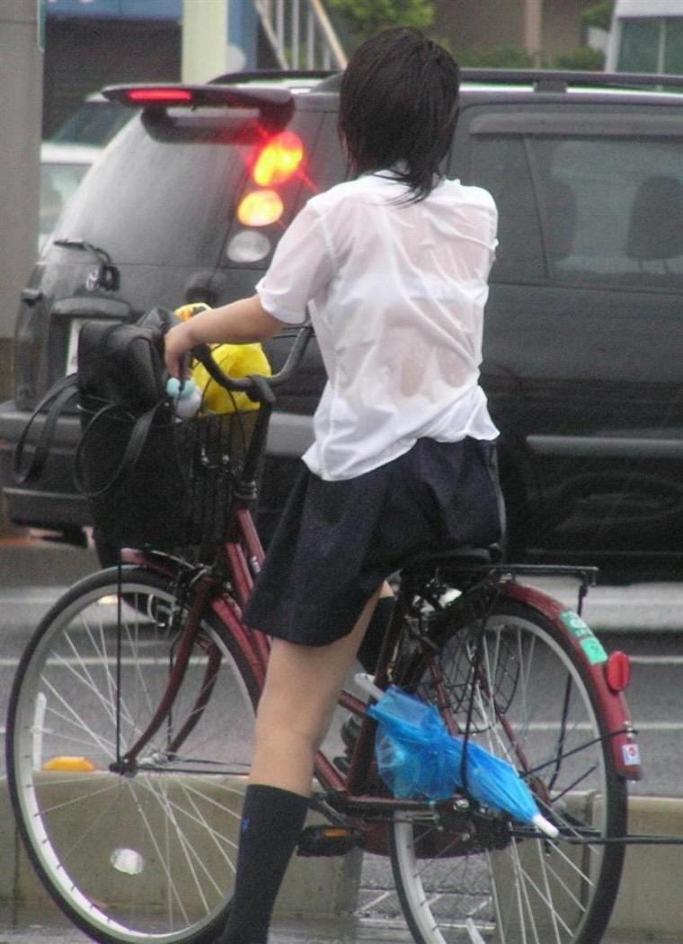 【台風エロ画像】容赦なく襲ってくる強風や豪雨に翻弄される女性達のパンチラ放送事故! 80