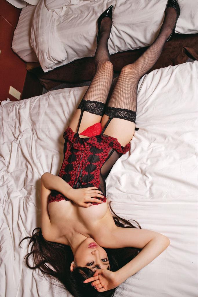 【森下悠里グラビア画像】見つめてくる視線がセクシーで色気ムンムンなGカップ巨乳の美熟女タレント 12