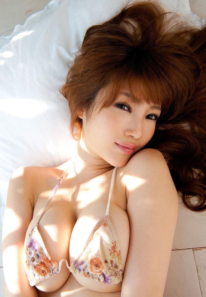 【森下悠里グラビア画像】見つめてくる視線がセクシーで色気ムンムンなGカップ巨乳の美熟女タレント 24