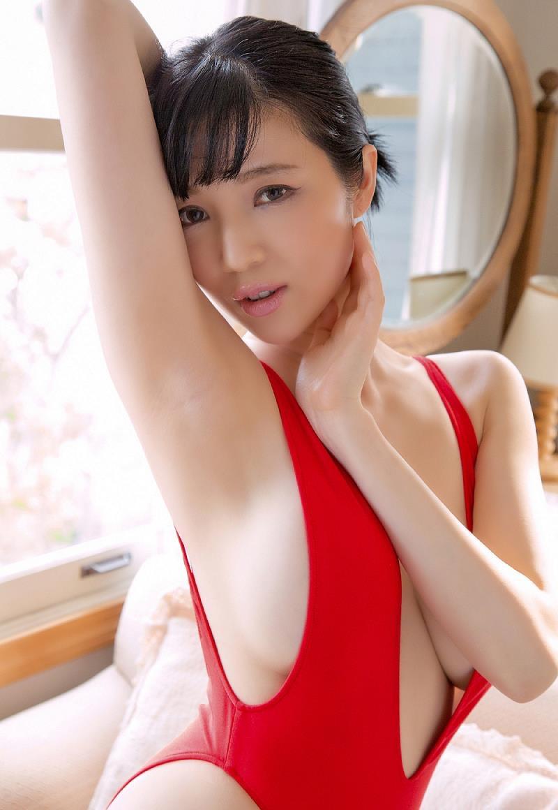 【森下悠里グラビア画像】見つめてくる視線がセクシーで色気ムンムンなGカップ巨乳の美熟女タレント 33