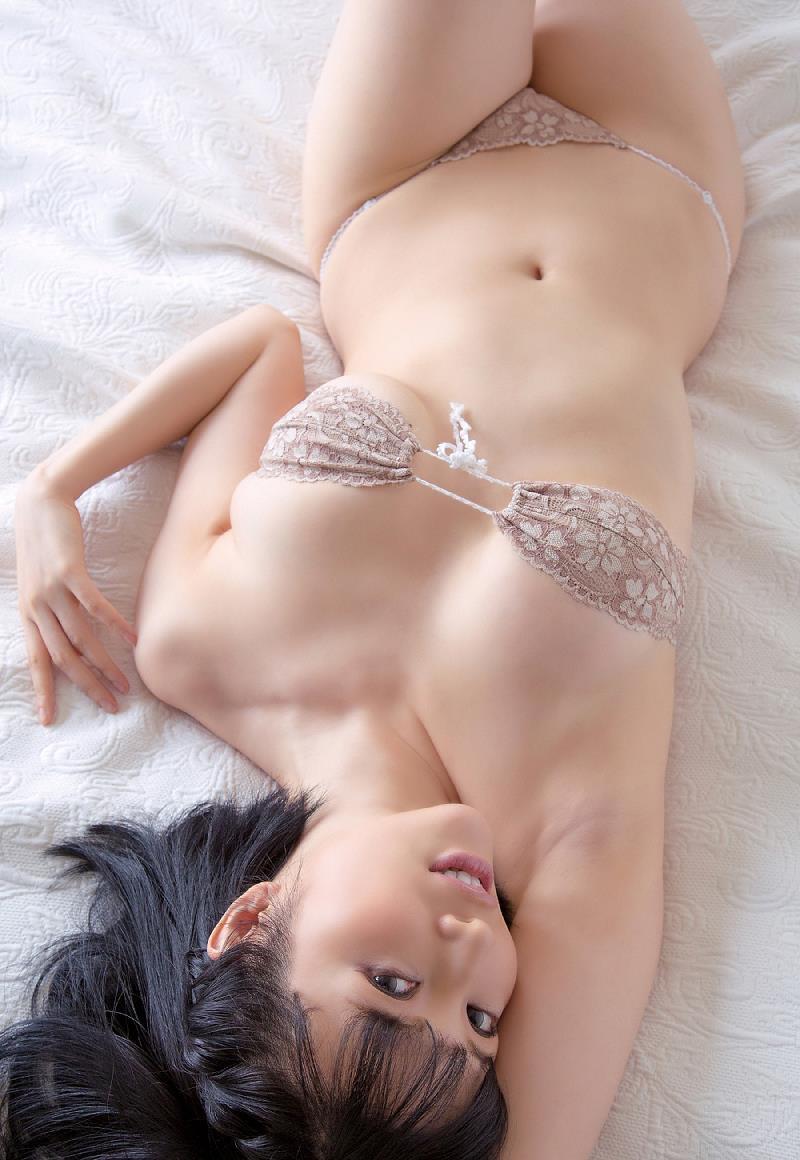【森下悠里グラビア画像】見つめてくる視線がセクシーで色気ムンムンなGカップ巨乳の美熟女タレント 34