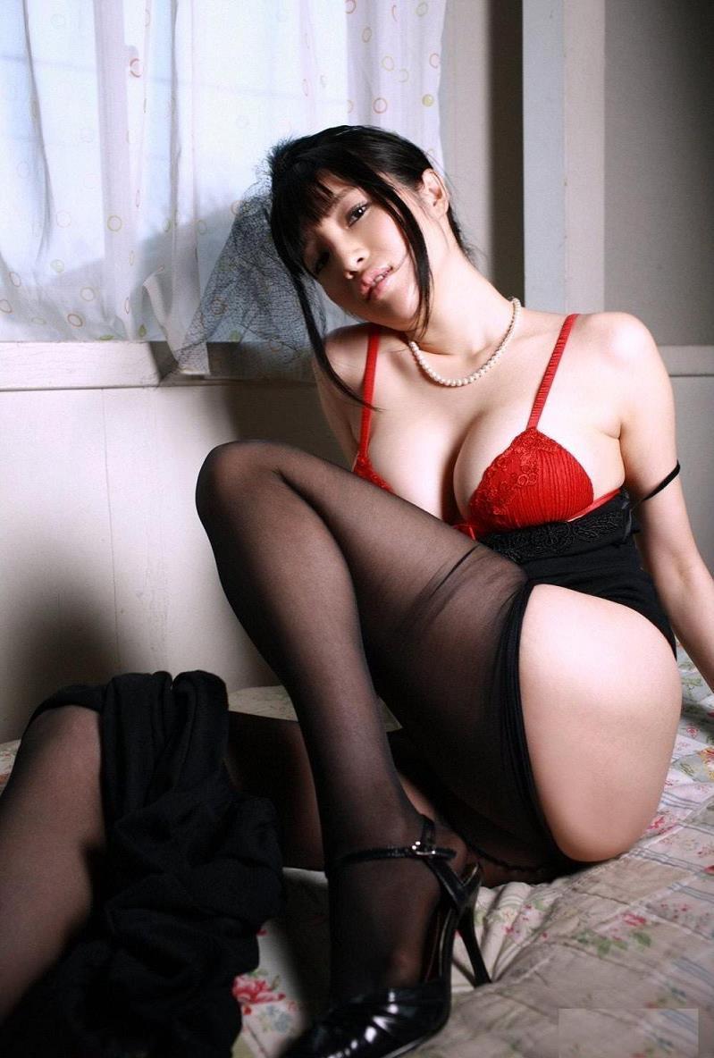 【森下悠里グラビア画像】見つめてくる視線がセクシーで色気ムンムンなGカップ巨乳の美熟女タレント 35