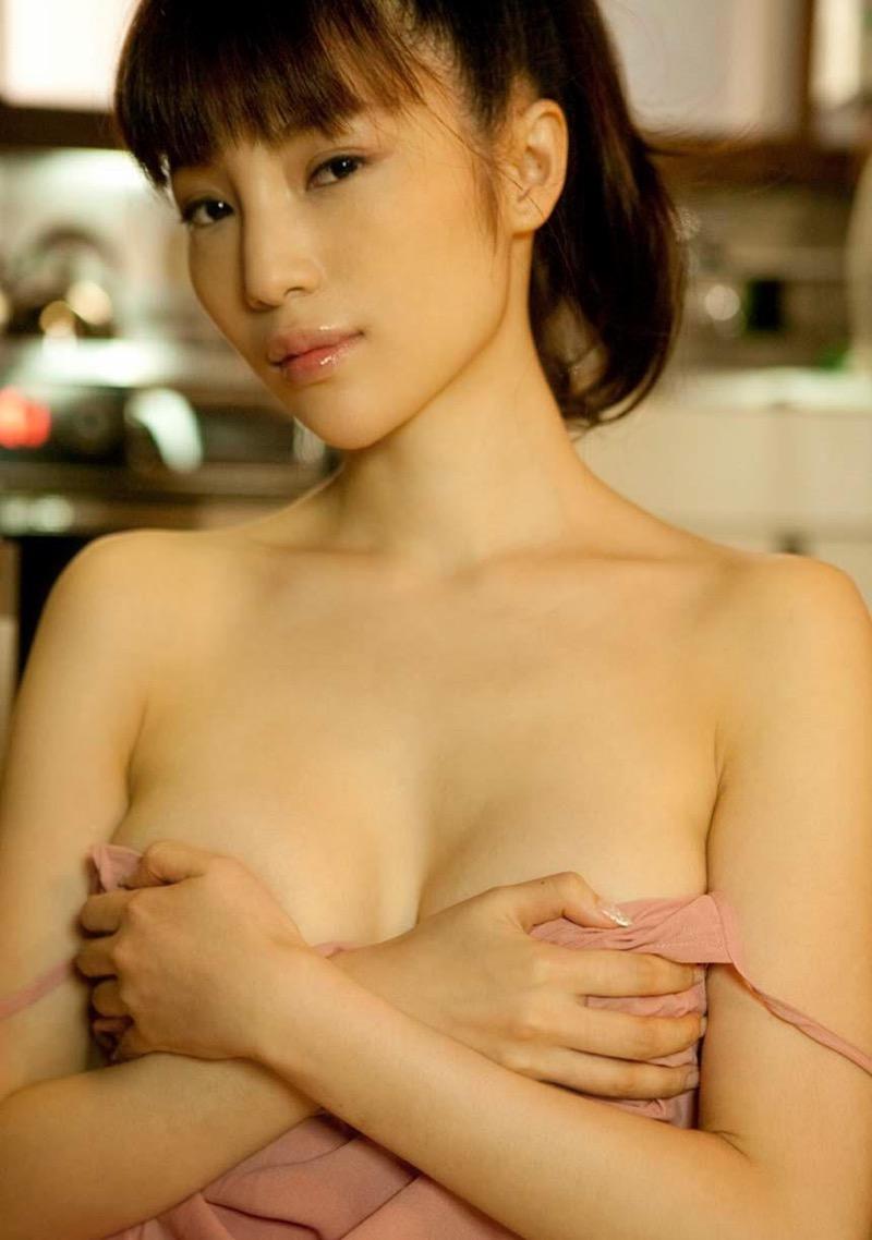 【森下悠里グラビア画像】見つめてくる視線がセクシーで色気ムンムンなGカップ巨乳の美熟女タレント 47