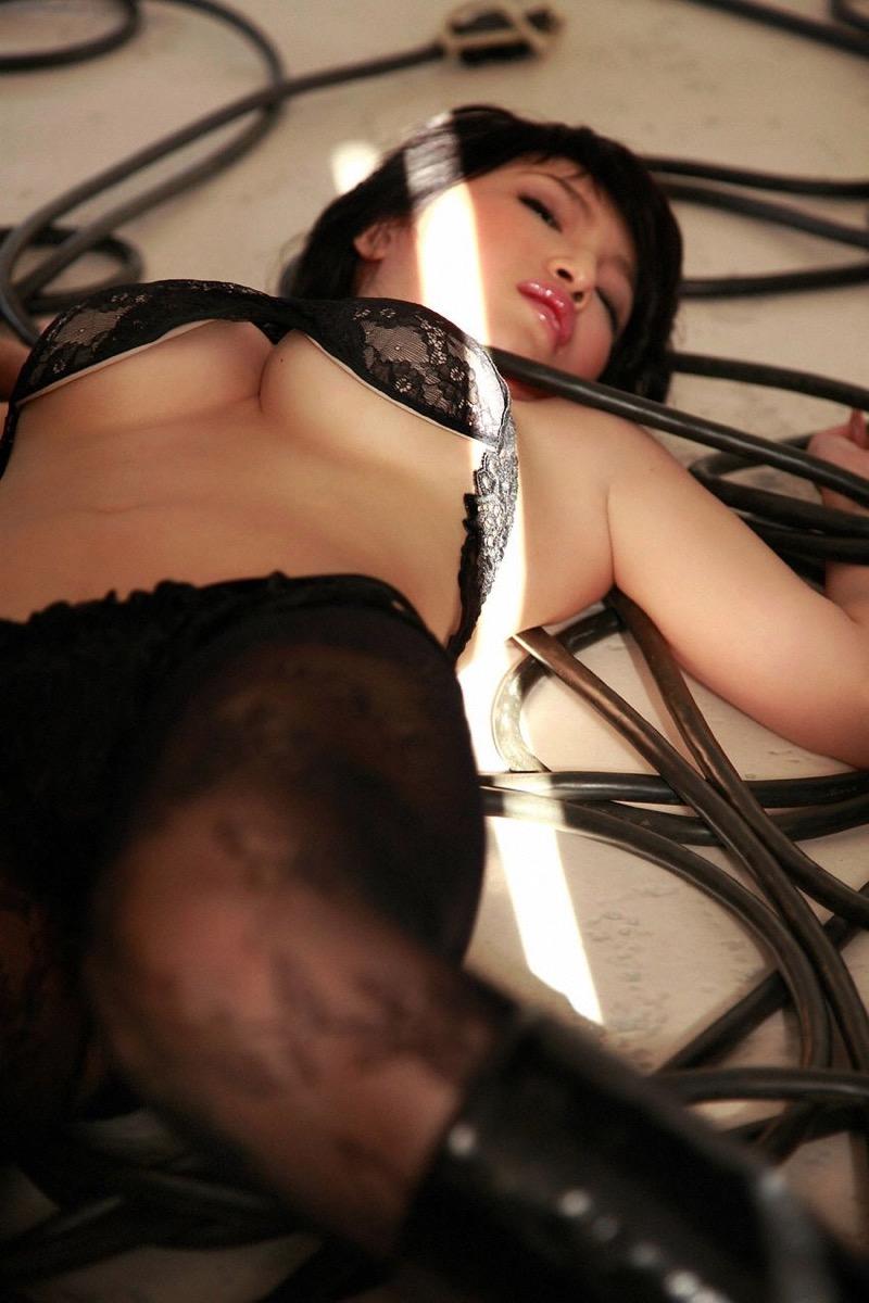 【森下悠里グラビア画像】見つめてくる視線がセクシーで色気ムンムンなGカップ巨乳の美熟女タレント 57