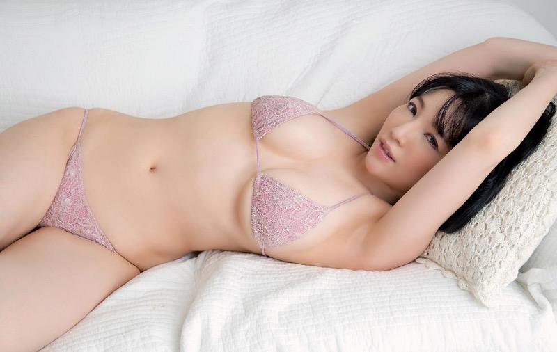 【森下悠里グラビア画像】見つめてくる視線がセクシーで色気ムンムンなGカップ巨乳の美熟女タレント 73