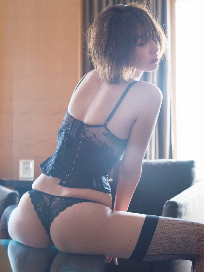 【山崎真実グラビア画像】三十路になっても現役グラドルとして頑張っている美熟女のセクシーヌード 30