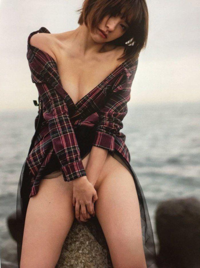 【山崎真実グラビア画像】三十路になっても現役グラドルとして頑張っている美熟女のセクシーヌード 32