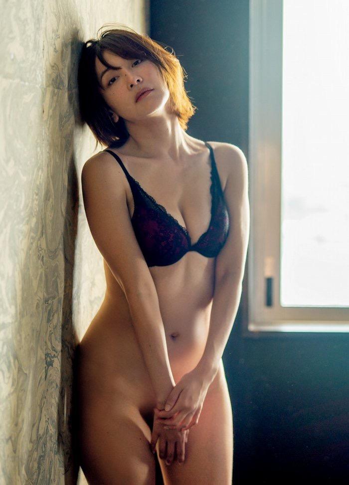 【山崎真実グラビア画像】三十路になっても現役グラドルとして頑張っている美熟女のセクシーヌード 49