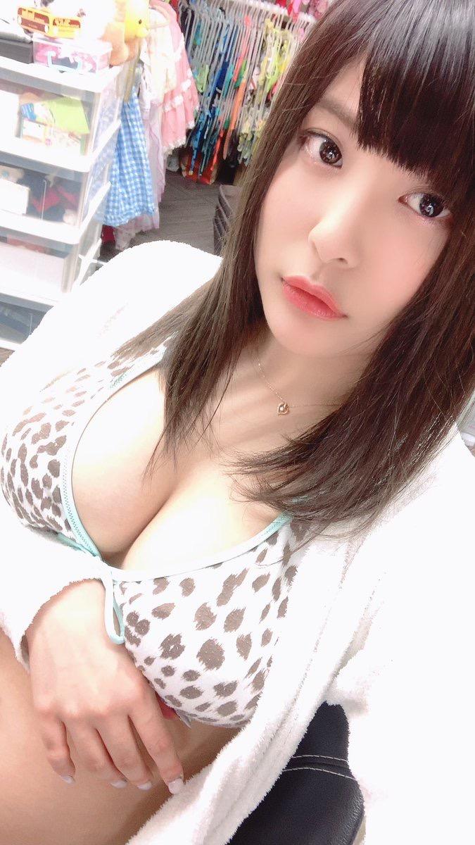 【綾瀬凛エロ画像】B86のGカップ巨乳とファーストDVDを引っさげてデビューを果たしたグラビアアイドル 23