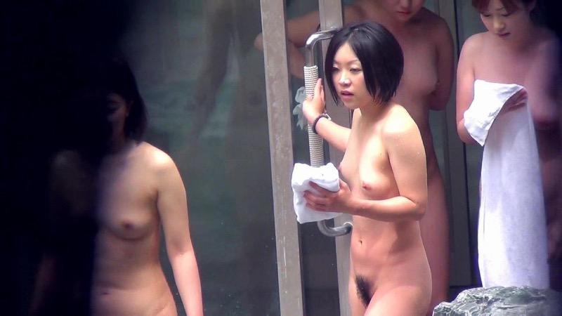 【温泉盗撮エロ画像】温泉地で疲れを癒やしている素人女性たちのあられもない姿をこっそり撮影したったwwww 13
