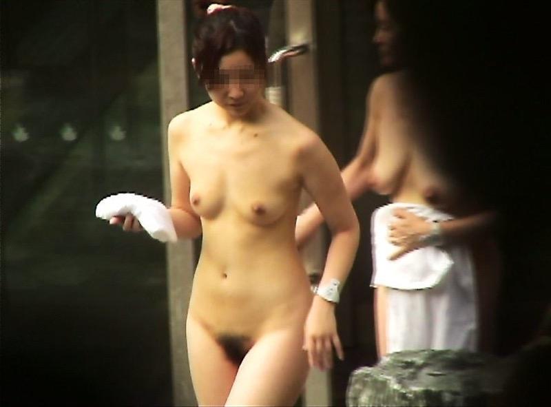 【温泉盗撮エロ画像】温泉地で疲れを癒やしている素人女性たちのあられもない姿をこっそり撮影したったwwww 15