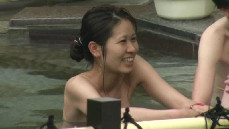 【温泉盗撮エロ画像】温泉地で疲れを癒やしている素人女性たちのあられもない姿をこっそり撮影したったwwww 40