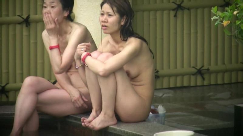 【温泉盗撮エロ画像】温泉地で疲れを癒やしている素人女性たちのあられもない姿をこっそり撮影したったwwww 43