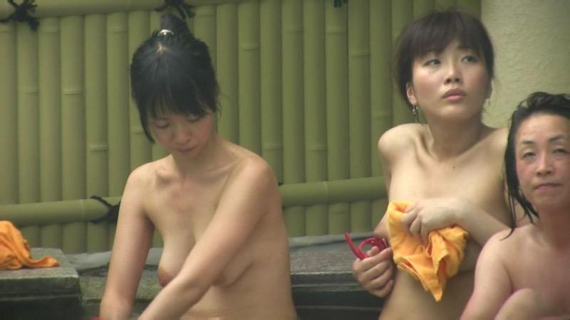 【温泉盗撮エロ画像】温泉地で疲れを癒やしている素人女性たちのあられもない姿をこっそり撮影したったwwww 52