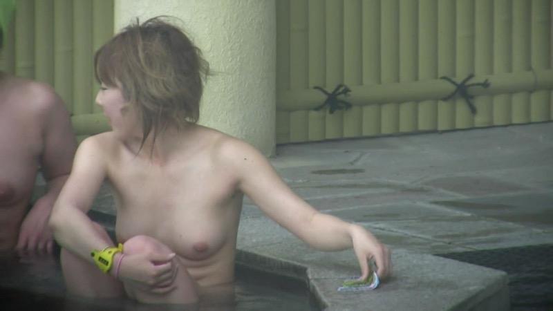 【温泉盗撮エロ画像】温泉地で疲れを癒やしている素人女性たちのあられもない姿をこっそり撮影したったwwww 70