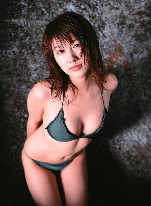 【安めぐみグラビア画像】アラフォーになっても綺麗さを保っていそうな美人タレントのセクシーグラビア 06