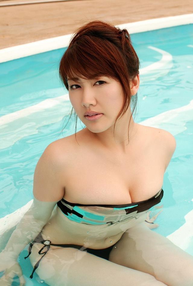 【安めぐみグラビア画像】アラフォーになっても綺麗さを保っていそうな美人タレントのセクシーグラビア 25
