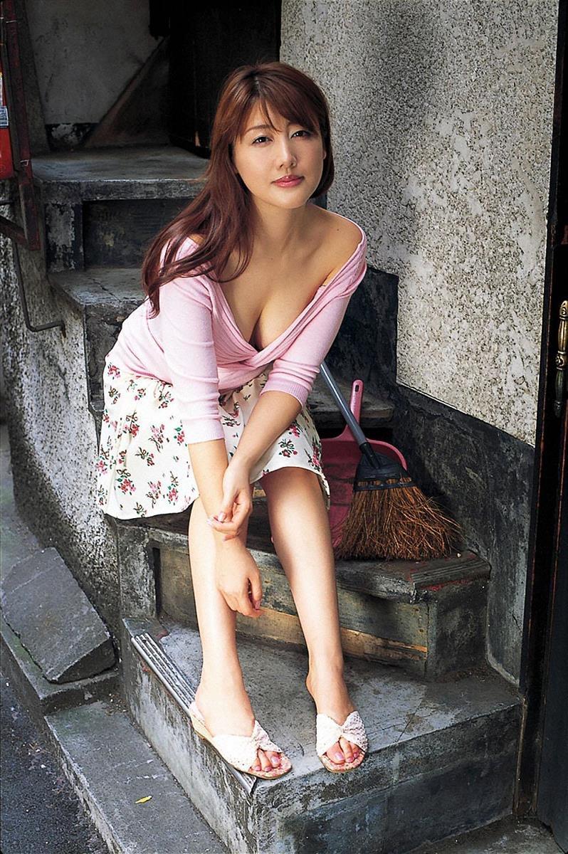 【安めぐみグラビア画像】アラフォーになっても綺麗さを保っていそうな美人タレントのセクシーグラビア 41