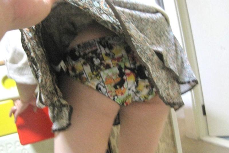 【いたずらエロ画像】子供の頃を思い出してお姉さんやJKたちのスカートをめくってみた結果wwww