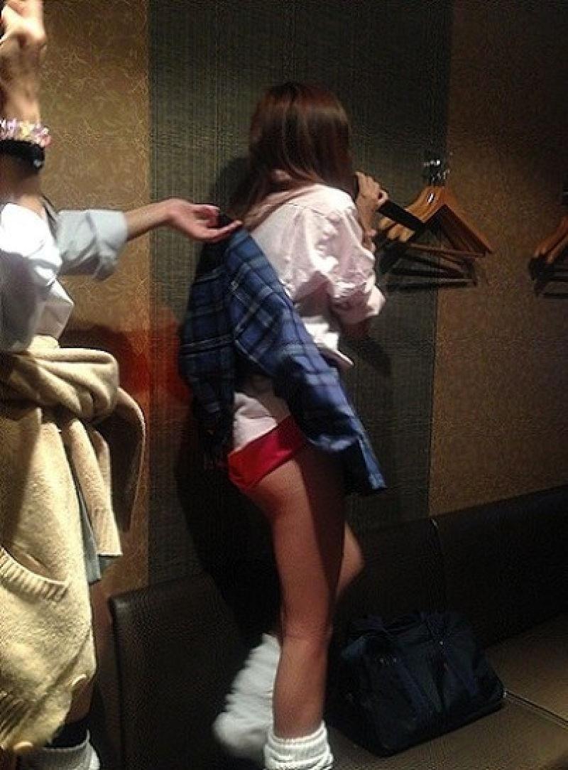 【いたずらエロ画像】子供の頃を思い出してお姉さんやJKたちのスカートをめくってみた結果wwww 14