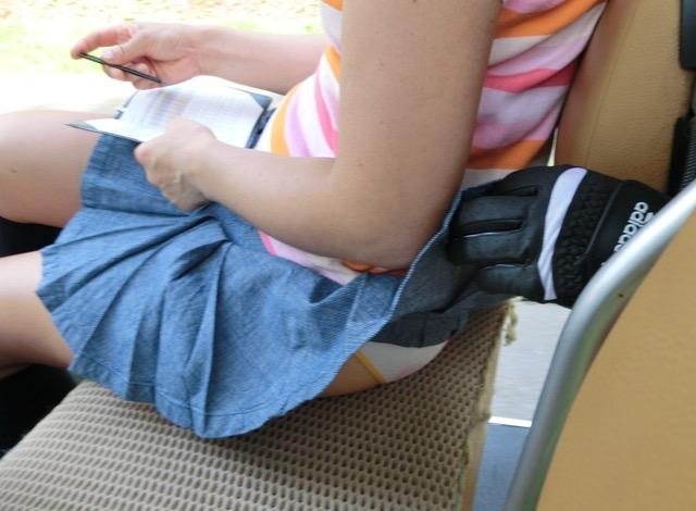 【いたずらエロ画像】子供の頃を思い出してお姉さんやJKたちのスカートをめくってみた結果wwww 31