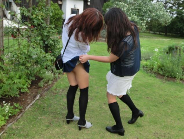 【いたずらエロ画像】子供の頃を思い出してお姉さんやJKたちのスカートをめくってみた結果wwww 33